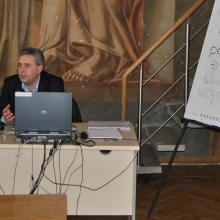 Representative of the Šiauliai County Police discussing online police services with trainees in the library.