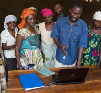 A farmers' group leader discusses information found on the internet with women farmers at Bwera Information Centre in Uganda.