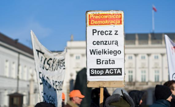 Street protesters with banners in Poland, protesting against the doomed Anti-Counterfeiting Trade Agreement (ACTA). Photo credit: Adam Kliczek, http://zatrzymujeczas.pl (CC-BY-SA-3.0)